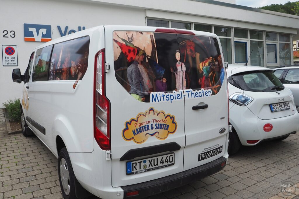 """Lieferwagen mit Aufschrift """"Mitspiel-Theater"""""""