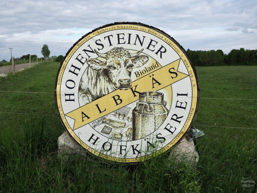 """Käseleibskulptur """"Hohensteiner Hofkäserei/Bioland Albkäs"""" mit Kuh und Milchkanne"""