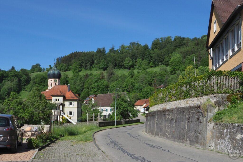 Bichishausen mit Zwiebelturmkirche vor Hang