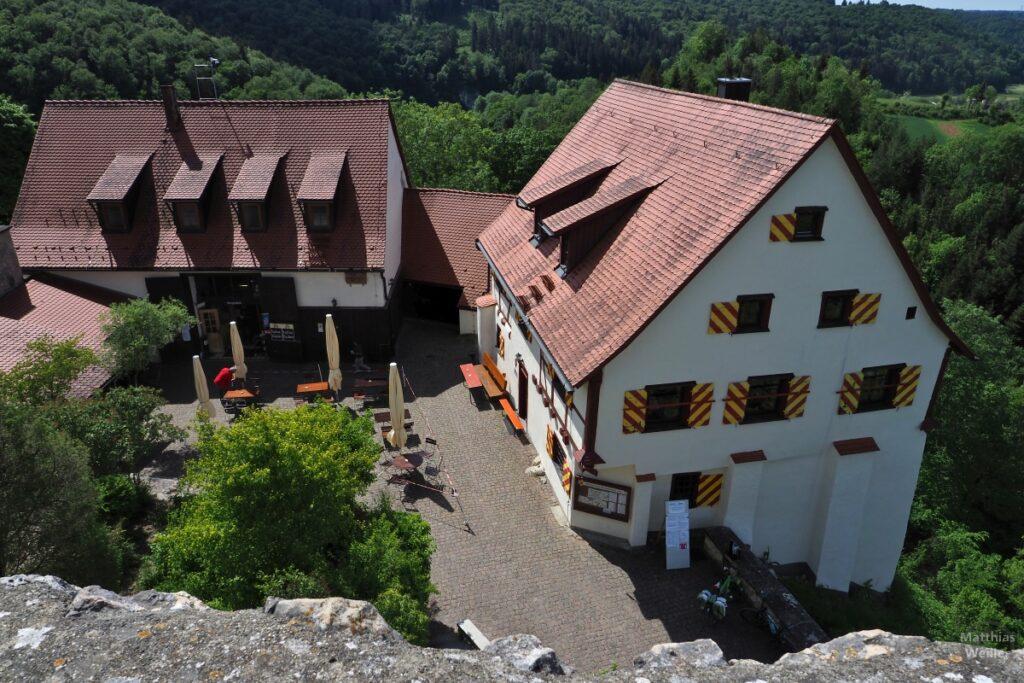 Schenke und Wanderheim der Burg Derneck von oben mit Läden in rot/gelb