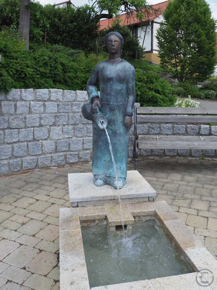 Skulptur Brunnenfrau mit ausschüttendem Krug