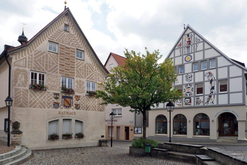 Verzierte Fassade Rathaus Hayingen, weiteres Haus mit Zieffassade