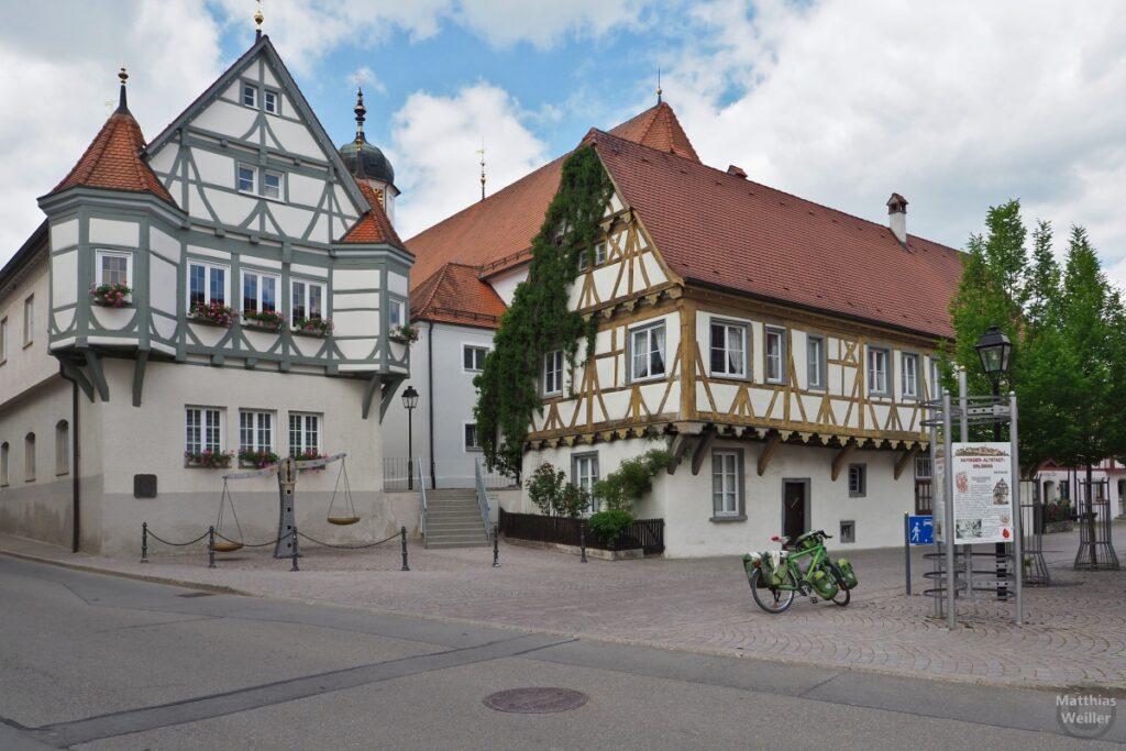 Rathausperspektive in Hayingen mit Reisevelo