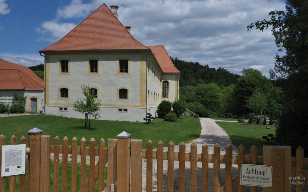 Schloss Ehrenfels mit Garten, hinter Gatterzaun