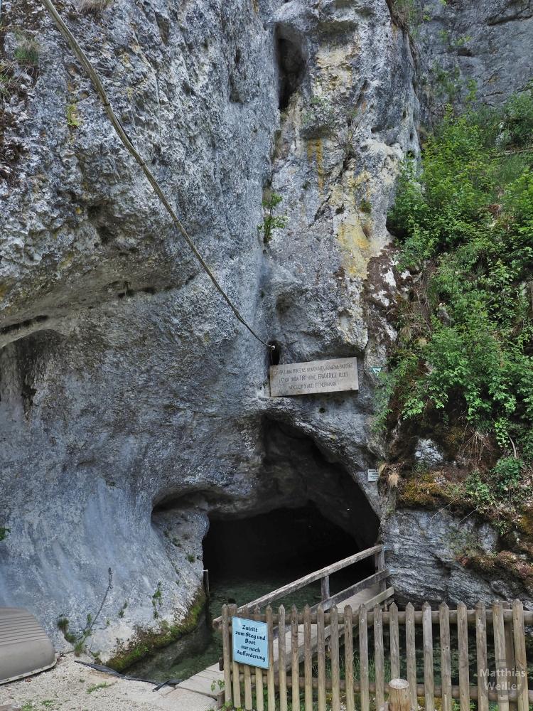Eingangsloch zur Wimsener Höhle mit Schutzgatter