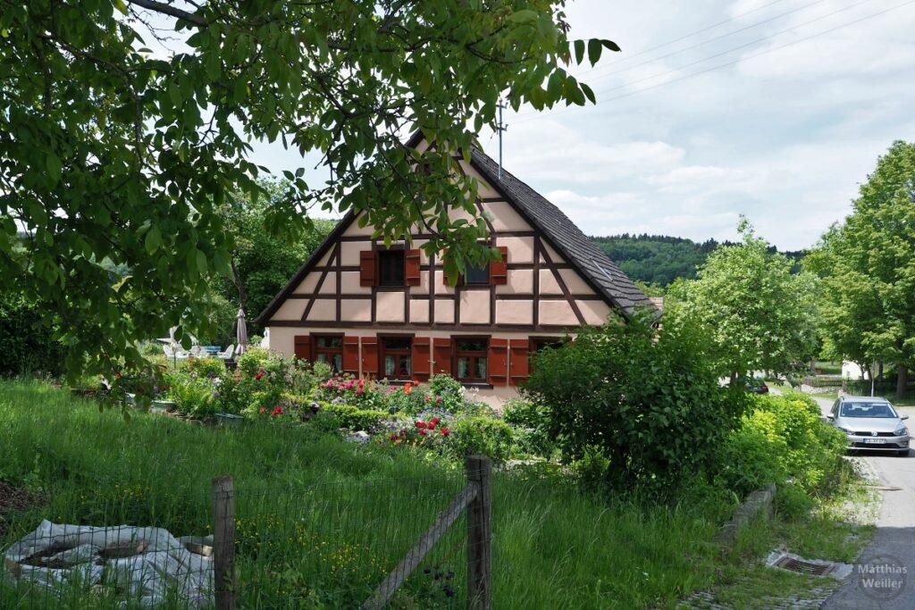 Fachwerklandhaus bräunlich mit Garten