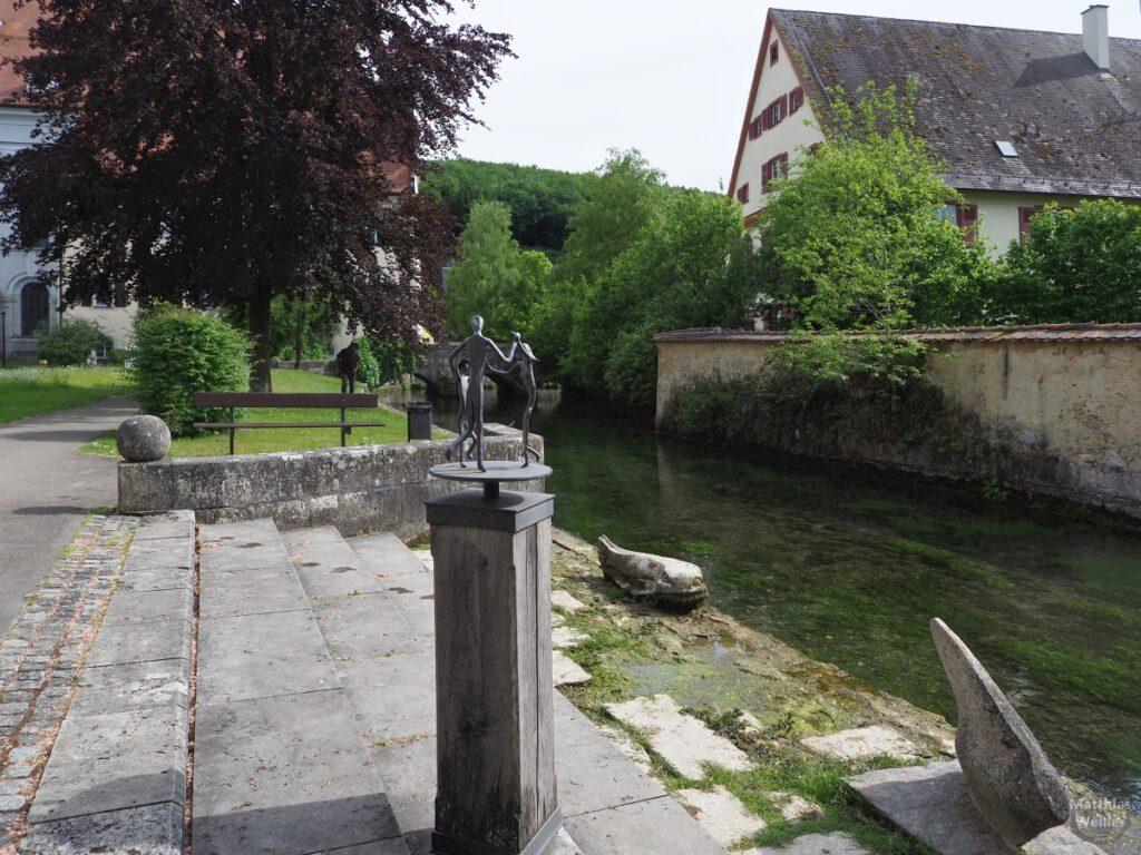 Achgraben in der Klosteranlage Zweifalten mit Tingtanzskulptur auf Quaderstele