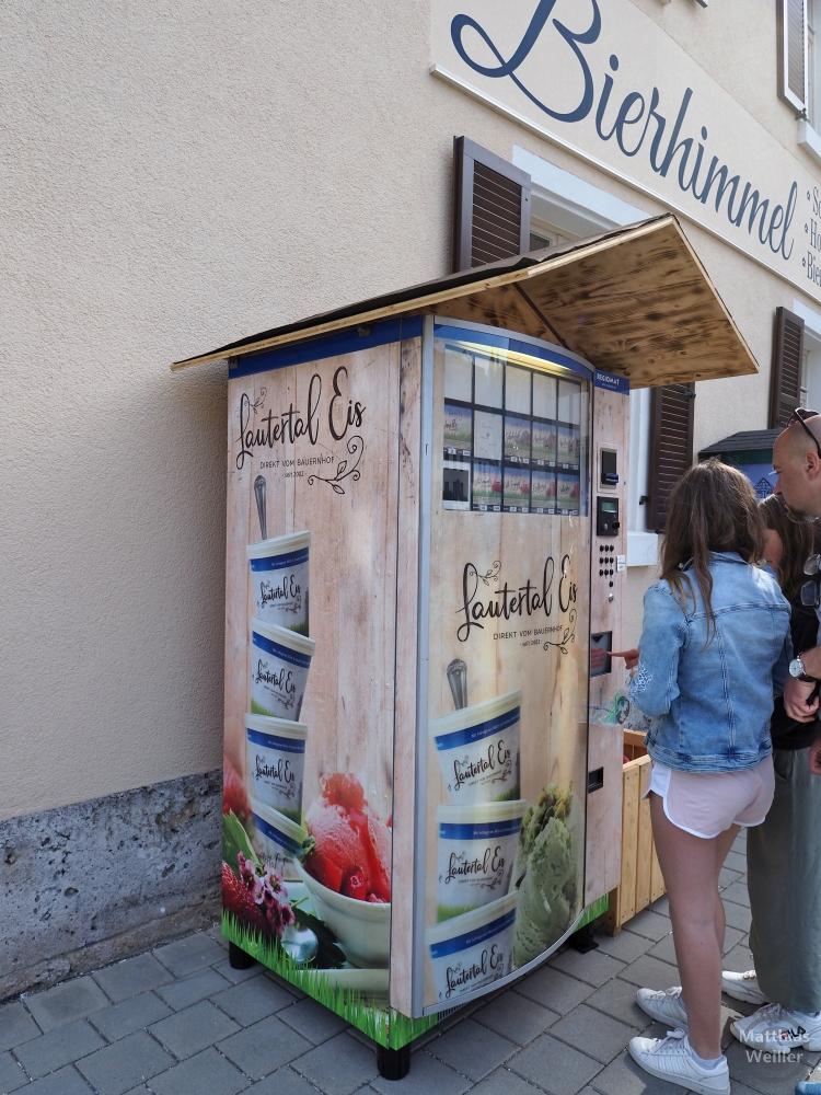 "Automat ""Lautertal Eis"" mit Frau in Kurzhose und Jeansjacke"