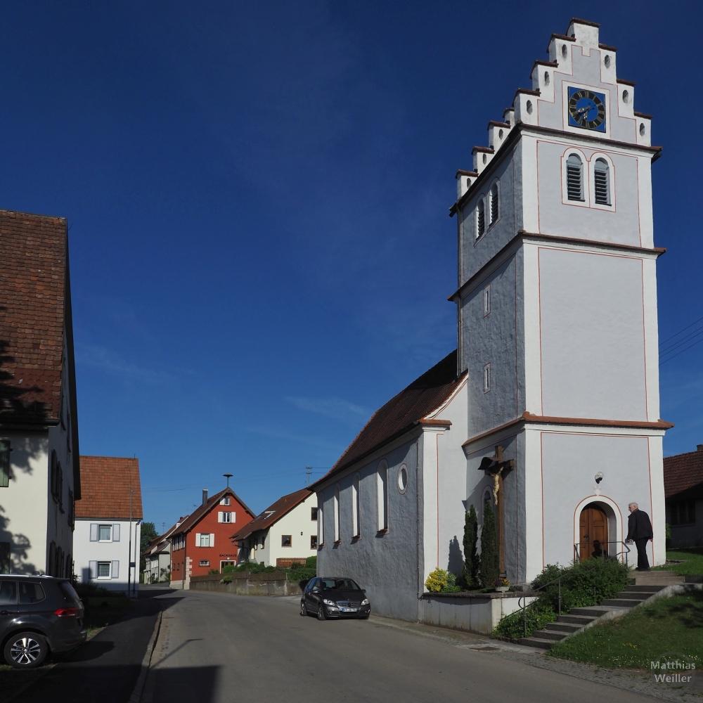 Ortsbild Upflamör mit Treppengiebelkirche im Vordergrund