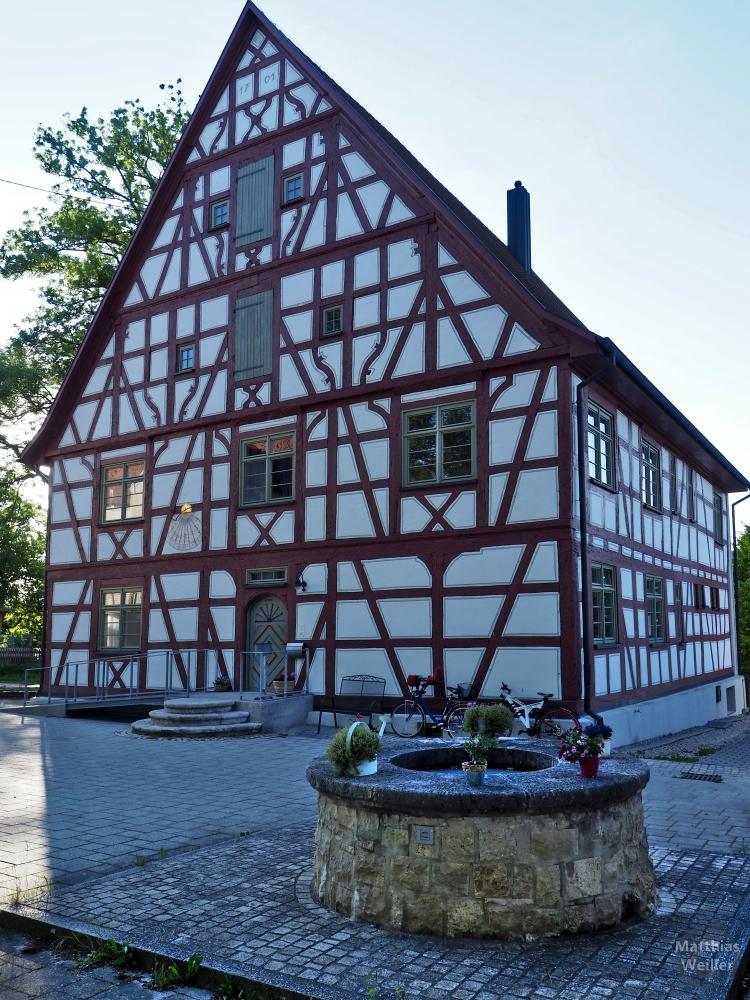 Fachwerkhaus weiß/dunkelrot in Langenenslingen