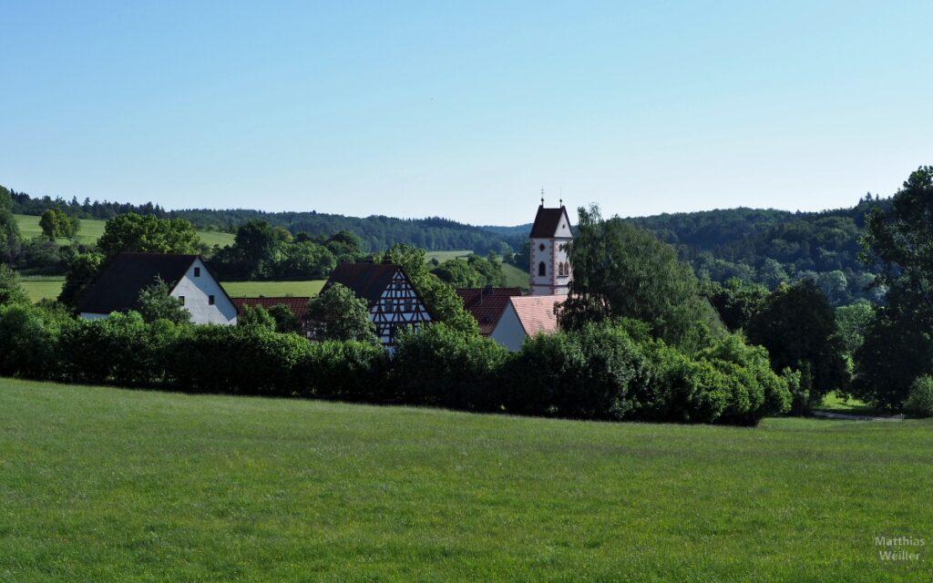 Blick auf Emerfeld mit Kirche und Fachwerkhaus