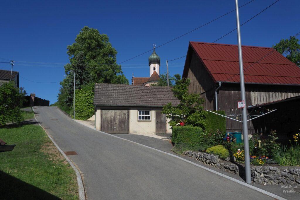 Straßenflucht aufwärts mit Zwiebelturmkirche Egelfingen