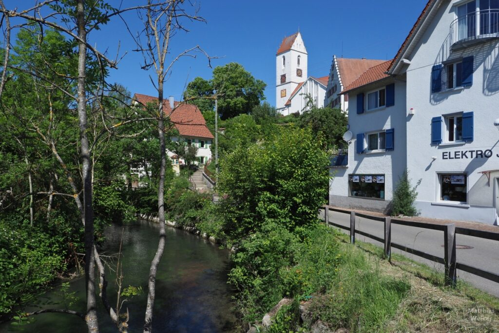 Ortswinkel mit Fluss und Kirche von Bingen