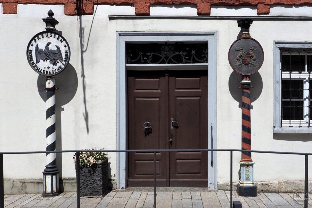 Alte Tür mit Wappenschildsäulen von Preussen, Hohenzollernsche Lande weiß/schwarz/rot