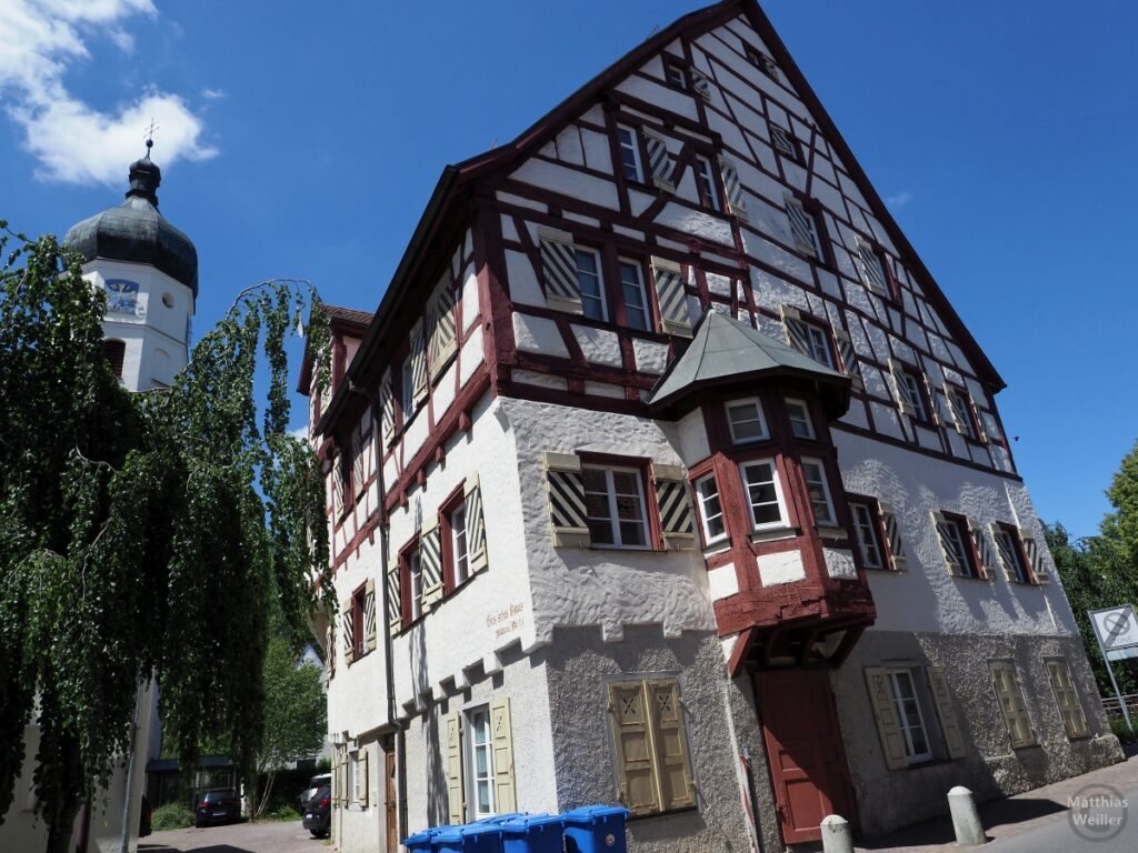 Geis'sches Haus (Fachwerk) mit Kirchturm, Perspektive stürzende Linie von unten