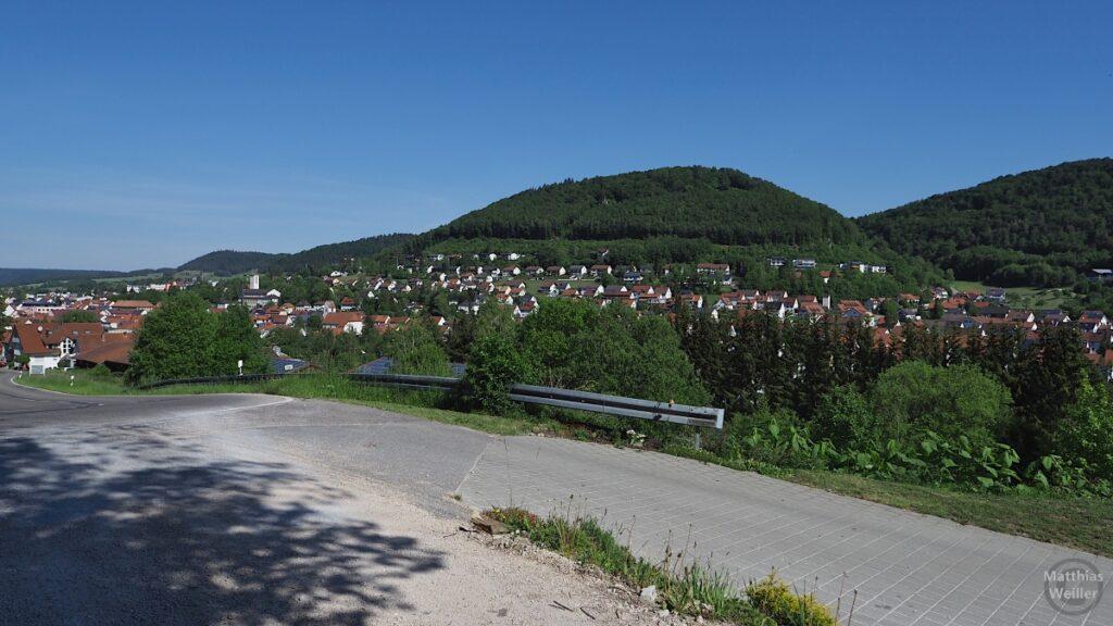 Blick auf Burladingen mit Hügelkuppe