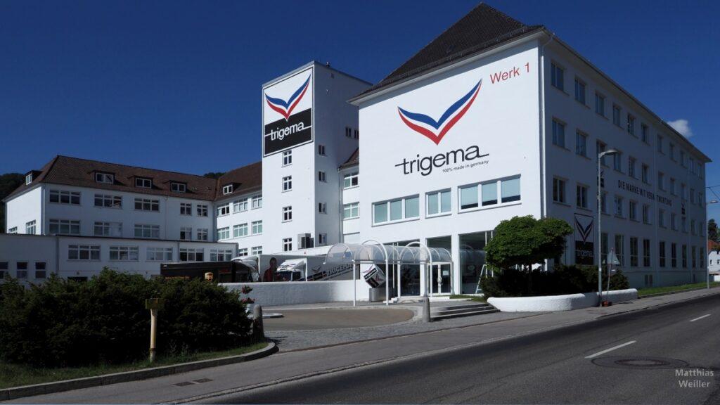 Trigema, Werkgebäude 1, großes Logo auf weißem Grund
