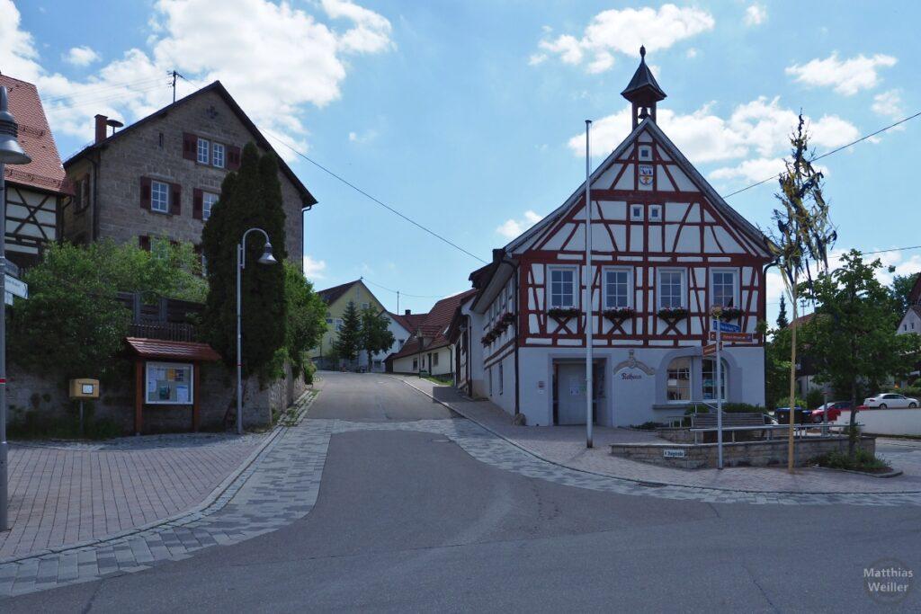 Fachwerkhaus mit Glockenturm, auf Straßenecke
