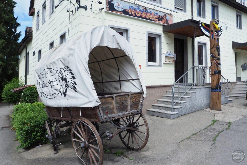 """Planwagen """"Indian Spirit"""" vor Gasthaus Rössle, Marterpfahl rechts"""