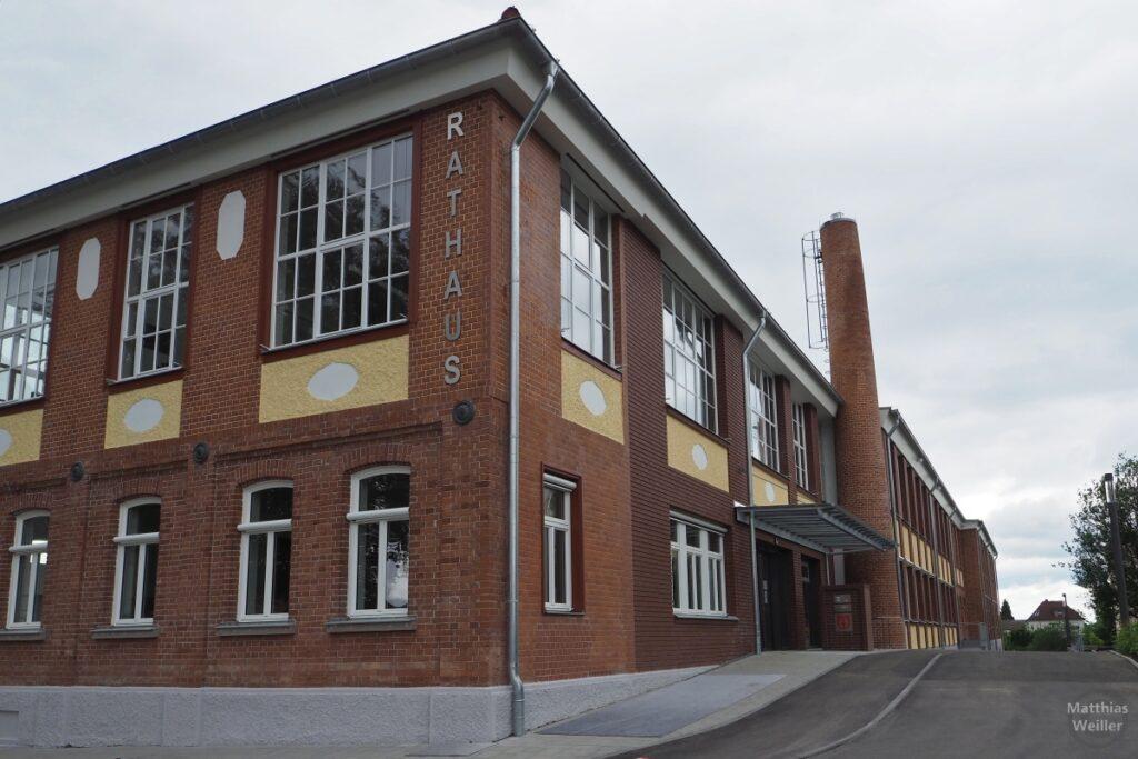 Rathaus Gomaringen im Fabrikziegelhaus, mit Schornstein