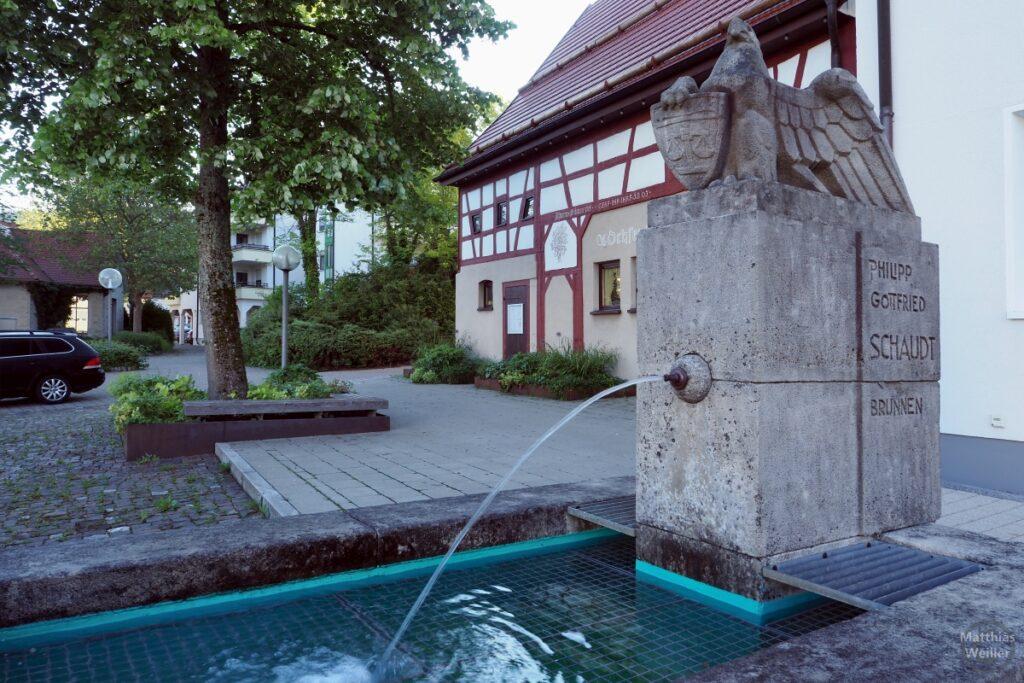 Brunnen mit Steinquader, Alderskulptur, Wasserstrahl