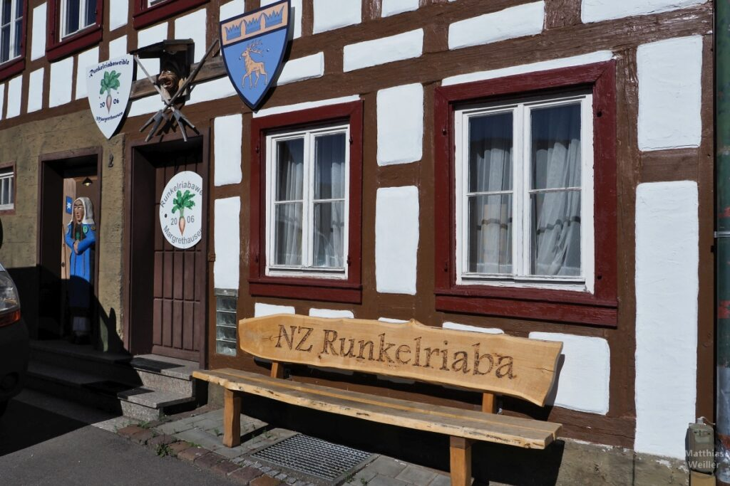 Haus der Narrenzunft Runkelriaba mit Bank, Fachwerkfassade, Wappen