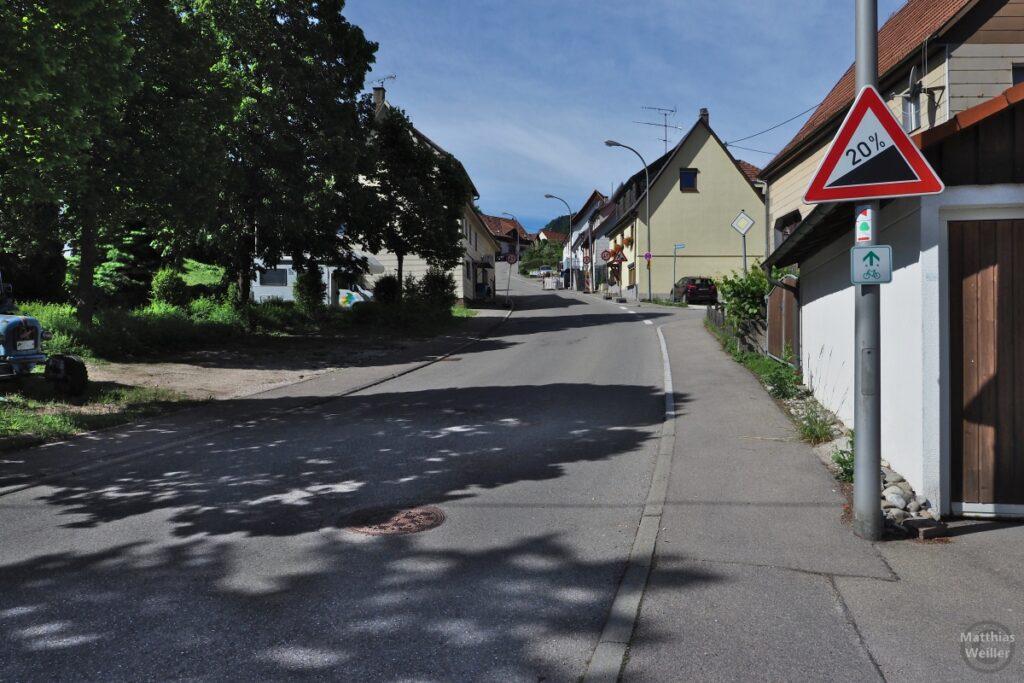 """Straße mit Ortshäusern, Steigungsschild """"20 %"""""""