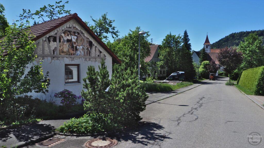 Straßenflucht mit Kirche, Haus mit Fresko links, Tieringen
