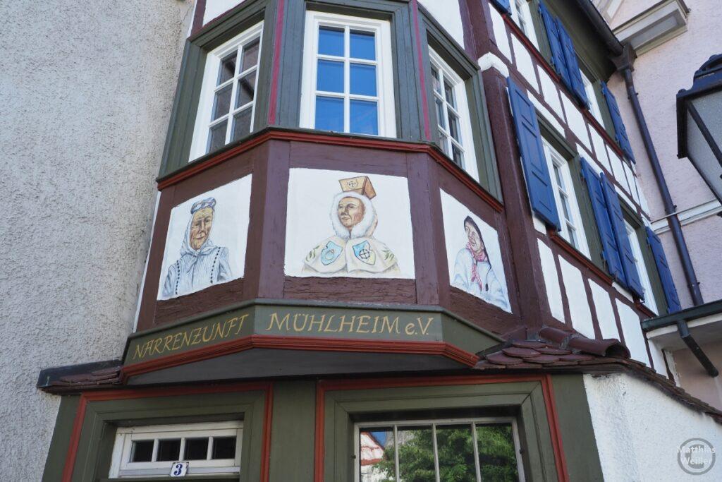 Fachwerkerker mit Freskofiguren der Narrenzunft Mühlheim e.V.