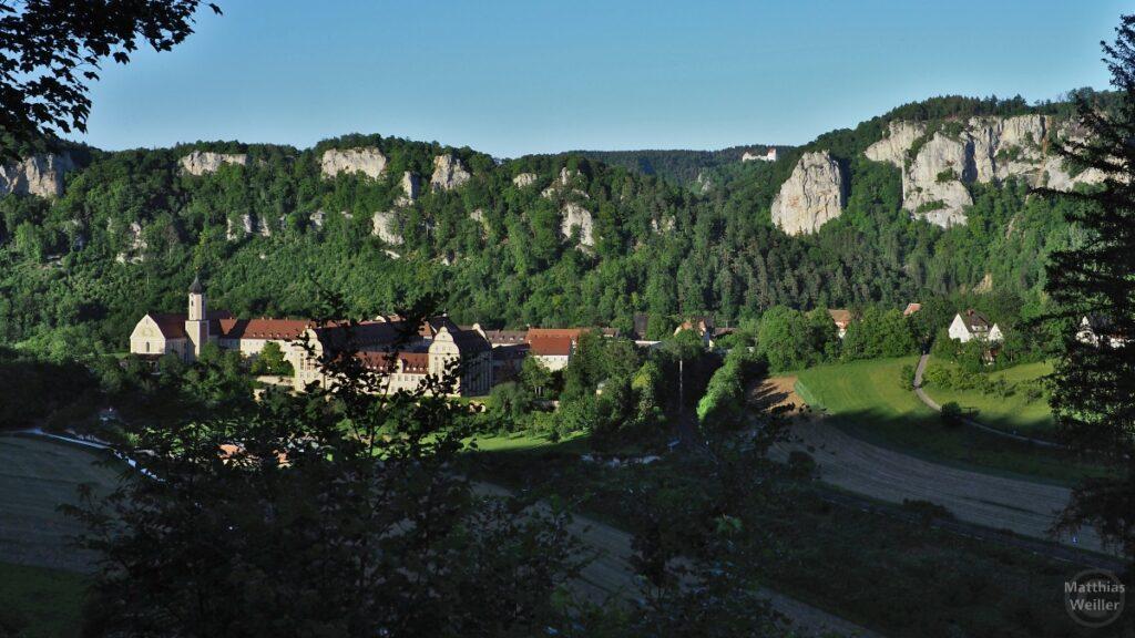 Kloster Beuron mit Donau-Felkulisse, Schloss Wildenstein im Hintergrund