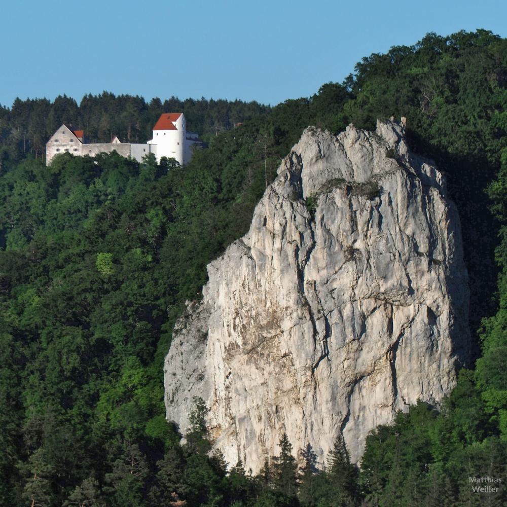 Großer Fels mit Schloss Wildenstein halblinks dahinter
