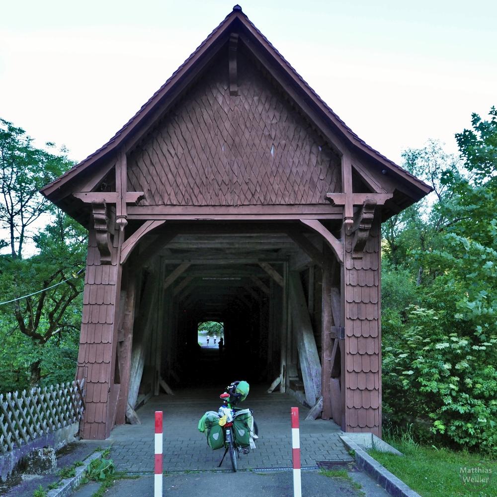Getäfelte Giebelbrücke mit grünem Reisevelo