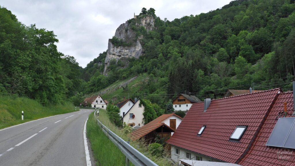 Straßenflucht mit Häusern daneben, Fels mit Burgruine Schloss Hausen