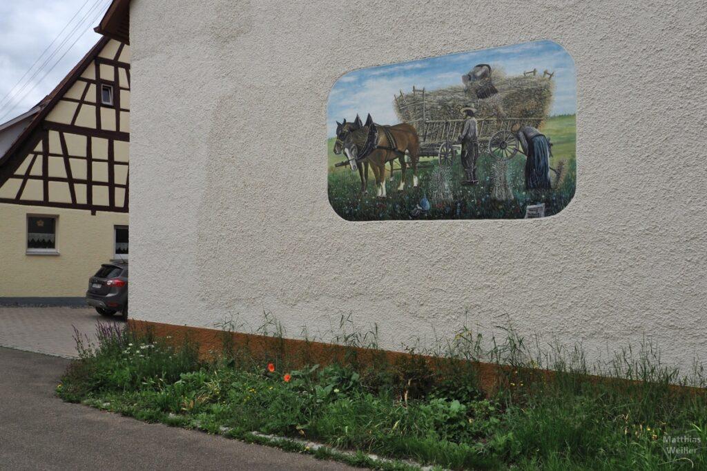 Fassadenfresko mit historischem Heuwagen und Pferden, Bauern
