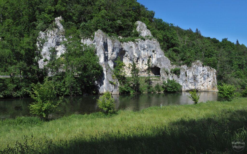 Donau mit Tunnelfelsen der Straße