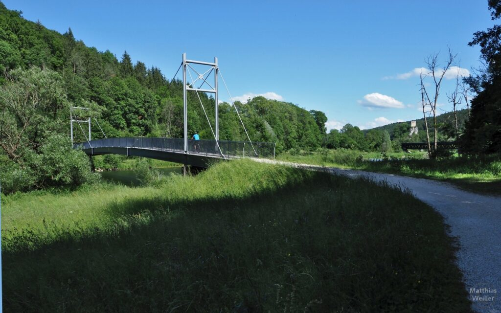 Hängebrücke für Radler über Donau mit Radler, Burgruine Dietfurt im Hintergrund
