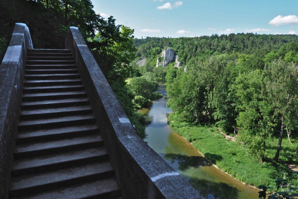 Treppe Teufelsbrücke neben Donaublick mit grünem Baumwuchs und Felsen