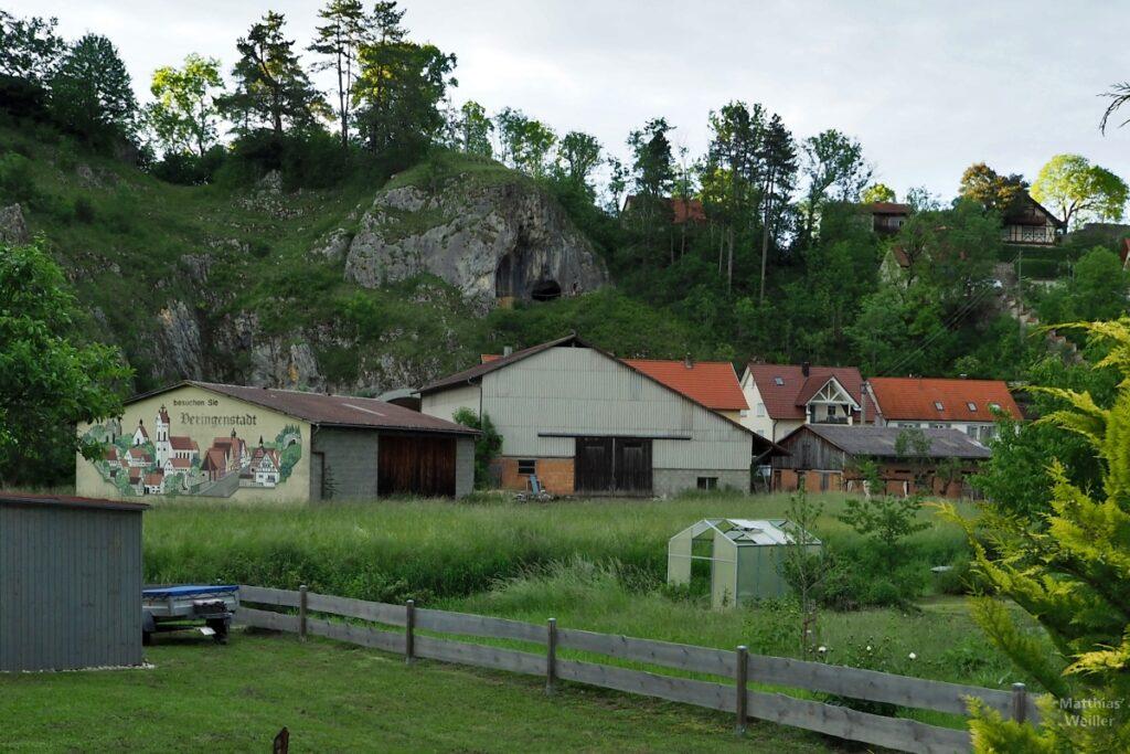 Ansicht Berg mit Göpfelsteinhöhle, Häuser und Scheune, mit Maldarstellung von Veringenstadt auf Fassade