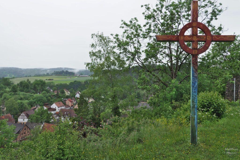 Kreuz mit Kreis rot/blau, Sicht über Lauchertal mit Ortsteilen Veringenstadts, mit Regenwolken
