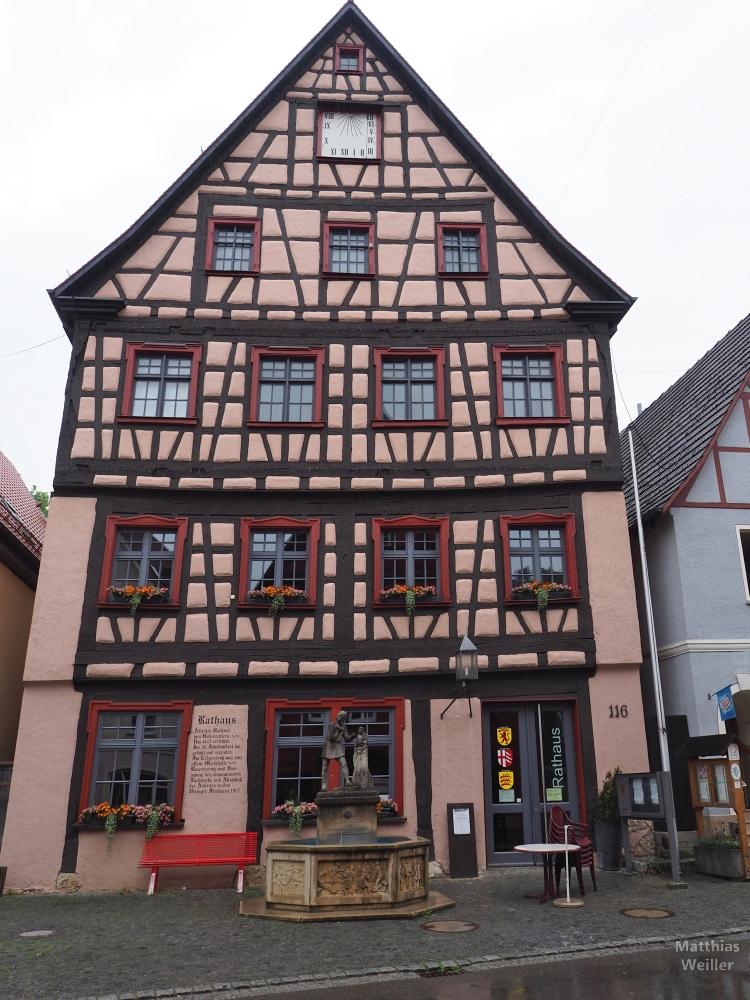 Fachwerk-Rathaus Frontansicht mit stürzenden Linien