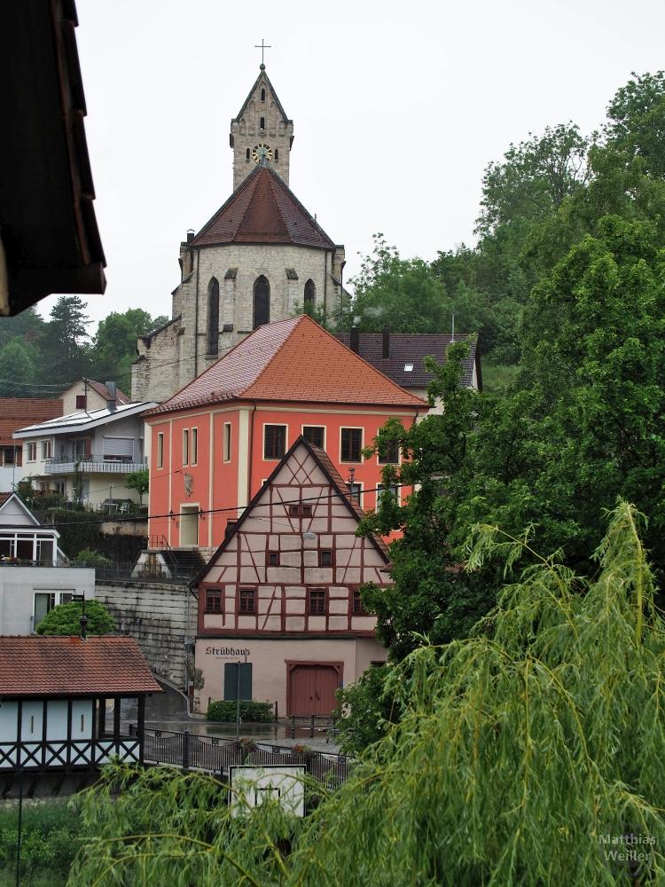Gestaffelte Ansicht von Strübhaus, rotem Ziegeldachhaus und Kirche