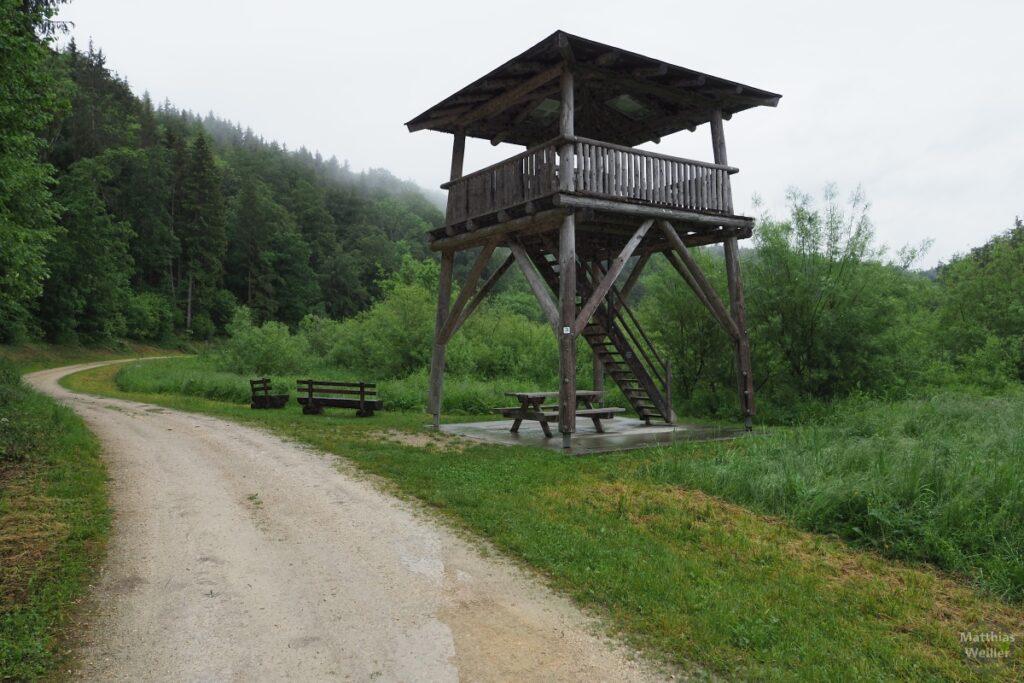 Begehbarer Aussichts-Holzturm mit Picknickecke im Lauchert-Biotop