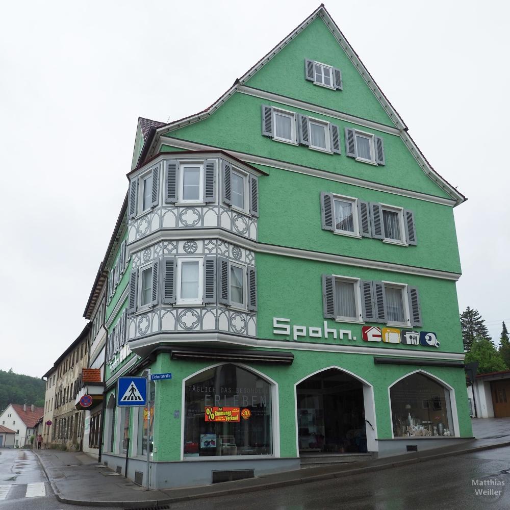 Grünes Giebelhaus Spohn, mit Runderker grau/weiß