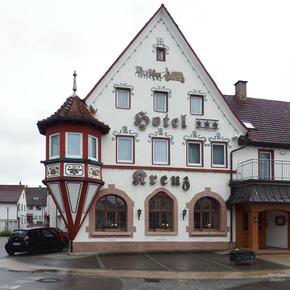 Verzierte Giebelfront Hotel Kreuz mit Runderker mit Ziegeldach