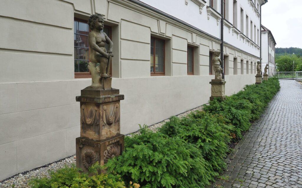 Engelsfiguren auf Steinstelen, Schloss Gammertingen