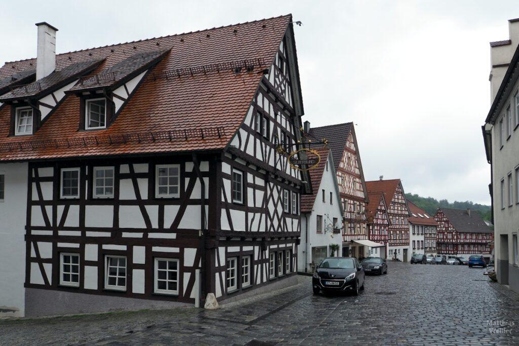 Pflasterstraße mit Trochtelfinger Fachwerkkulisse