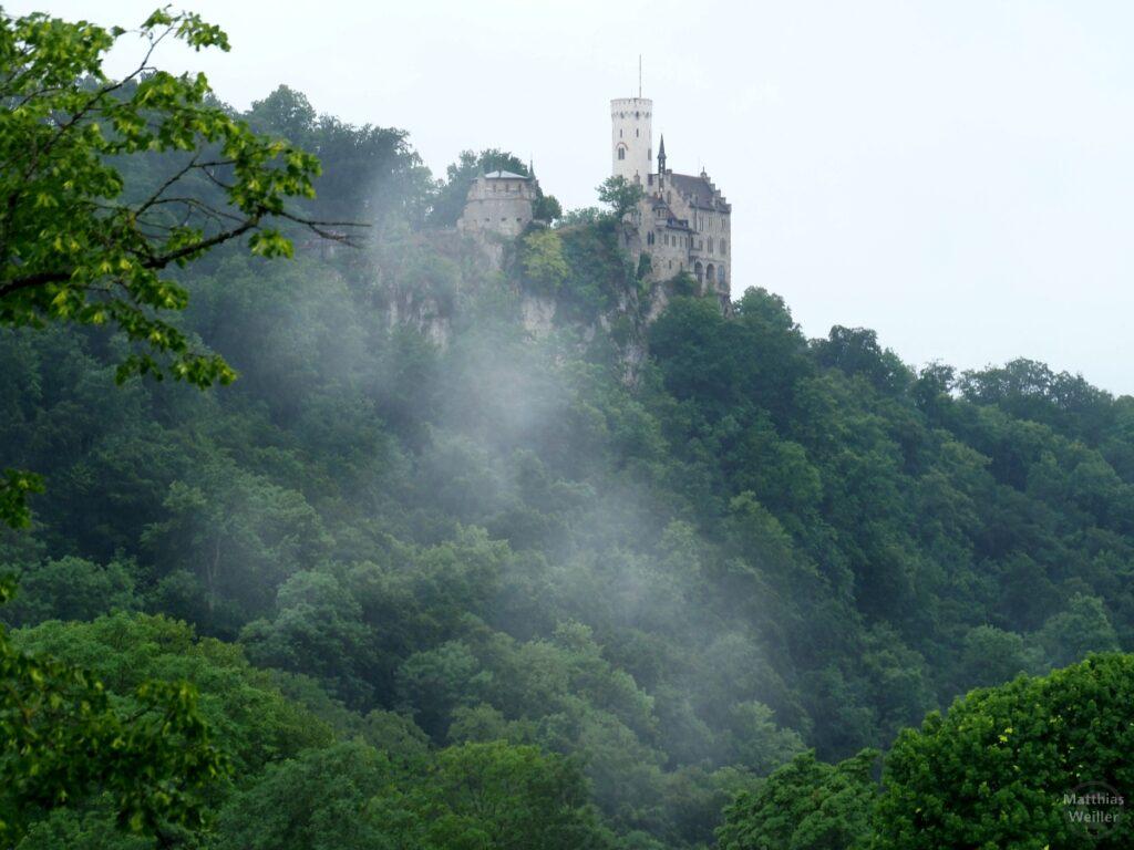 Schloss Lichtenstein auf Waldfelsen mit Nebelschwaden