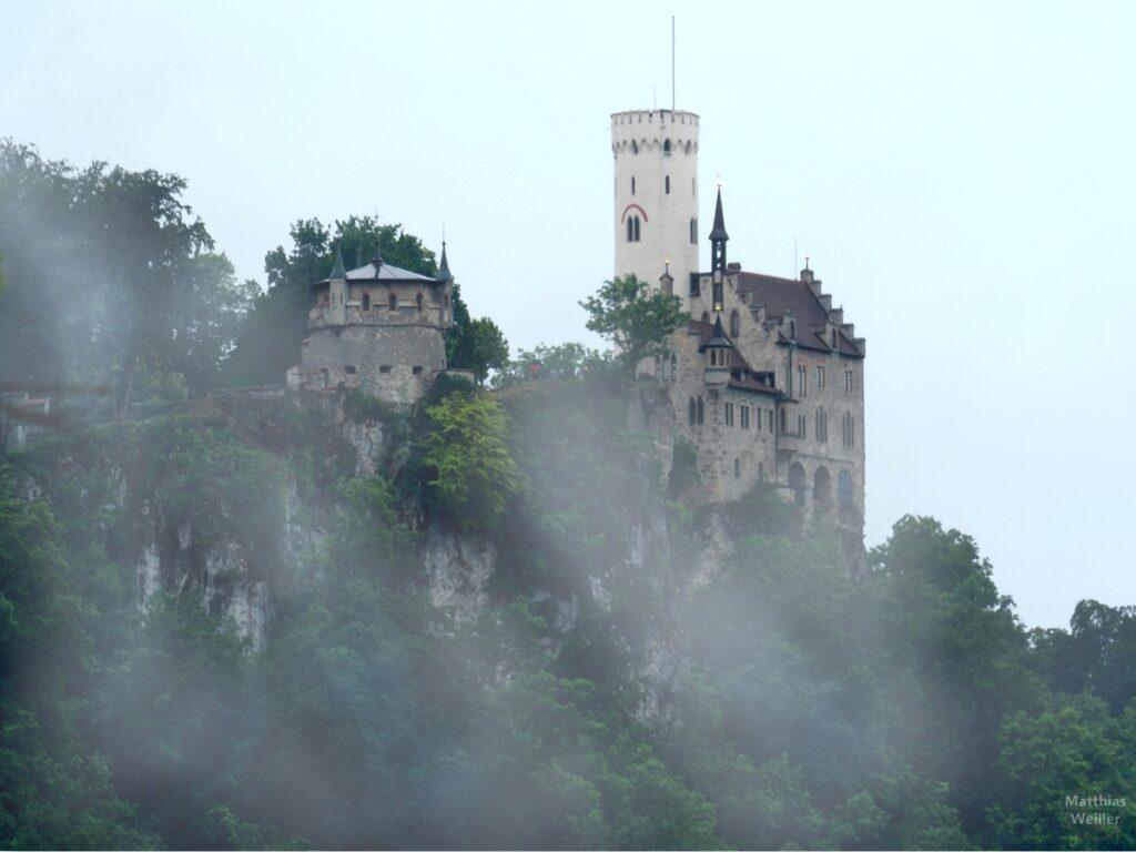 Schloss Lichtenstein auf Felsen mit Nebelschwaden