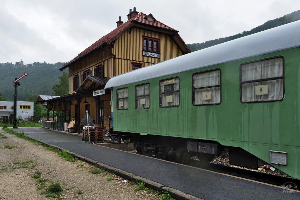 Bahnhof Honau mit ausrangiertem Personewagen grün, Signalzeichen